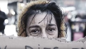 """La gente, ganador tercer premio, soltero. A partir de """"Lost Retratos de la familia"""", un retrato de una familia de refugiados de Siria en un campamento en el valle de Bekaa, Líbano, el 15 de diciembre de 2015. La silla vacía en la fotografía representa un miembro de la familia que ha ya sea muerto en la guerra o en paradero desconocido."""