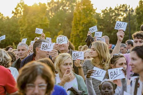 """2015-10-24, Baiona. Deiadar manifestazioa, """"Euskara hizkuntza ofiziala! Euskal Herri elkargoa!"""" lelopean 24-10-2015, Bayona. Manifestación Deiadar bajo el lema """"¡Euskara lengua oficial! ¡Comunidad popular vasca! Deiadar manifestazioa."""