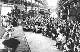 Los trabajadores en huelga en la fábrica de Citroën en Balard y sus familias asisten a una presentación gratuita del teatro Gérard-Philipe en Saint-Denis, también en huelga, el 26 de mayo de 1968 en París. Foto Georges Azenstarck. Roger-Viollet