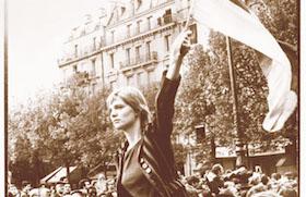 En Place Edmond Rostand, cerca del Jardín de Luxemburgo, 13 de mayo Caroline de Bendern, sobre los hombros de su amigo el pintor Jean-Jacques Lebel, el instigador de la ocupación del Teatro Odeon.  La Marianne del M68 del la  célebre pintura Liberté guidant le peuple de Delacroix.