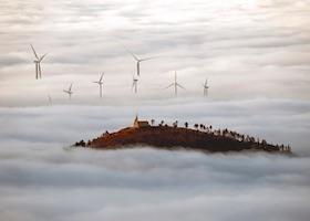La niebla cubre un campo de aerogeneradores cerca de Pamplona Fotografía: Jesús Diges